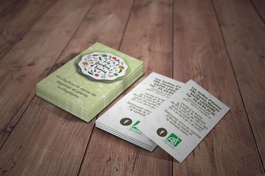 cartes de visite vertes sur planches en bois